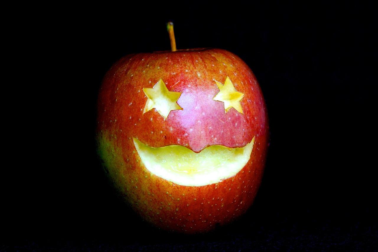 Carve the apple!